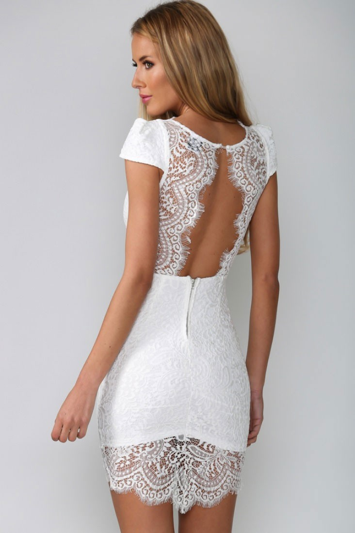 Белые трусики и белое короткое платье